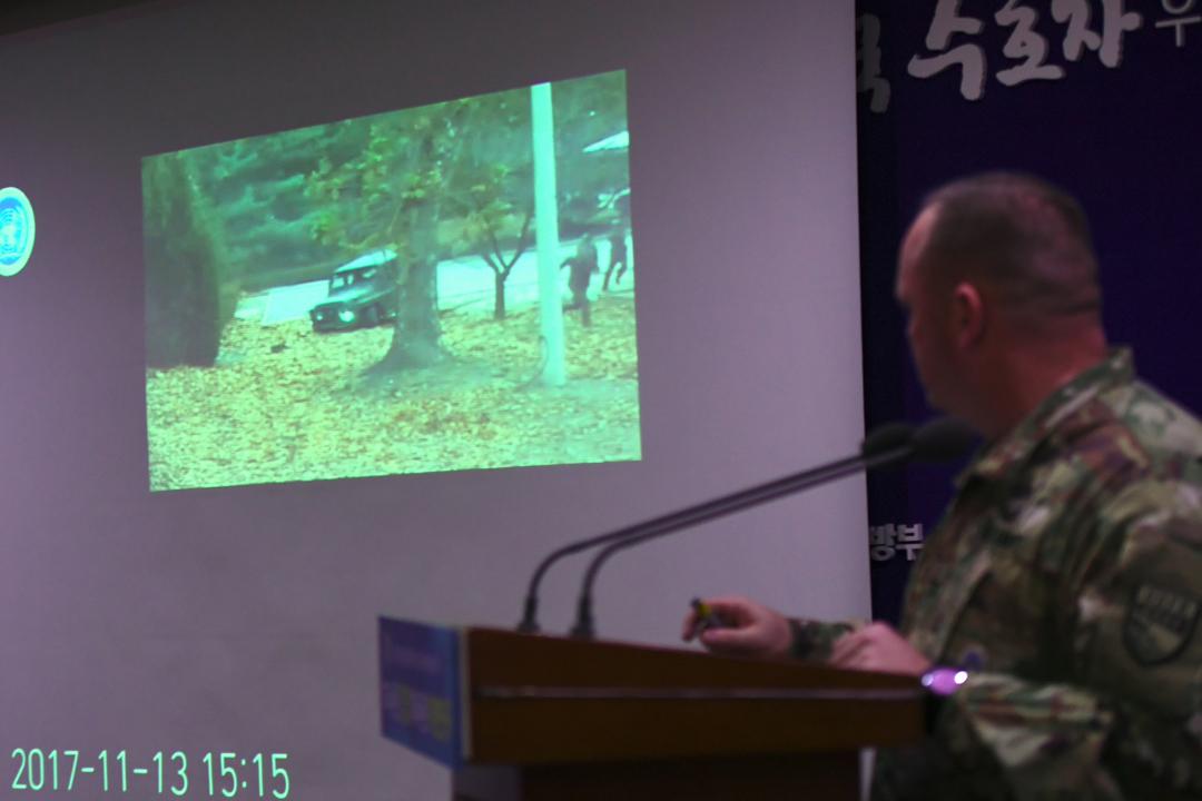 聯合國軍司令部今天在首爾的南韓國防部大樓舉行簡佈會,發放上週拍得北韓士兵變節南逃過程的片段。圖中片段畫面顯示變節士兵棄車逃走,被其他北韓士兵從後追捕一刻。 攝:Jung Yeon-je / Getty Images