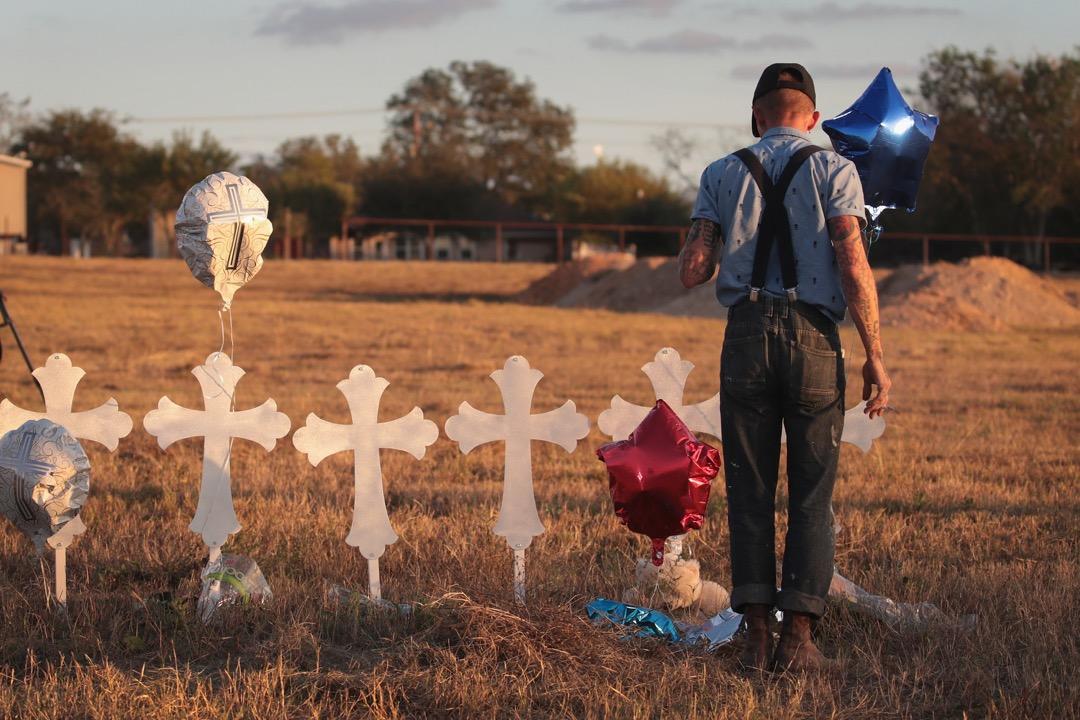 2017年11月7日,美國德州,住在聖安東尼奧的 Derrick Bernaden 到薩瑟蘭泉兩天前發生槍擊案的現場悼念事件中遇害的26名死者。