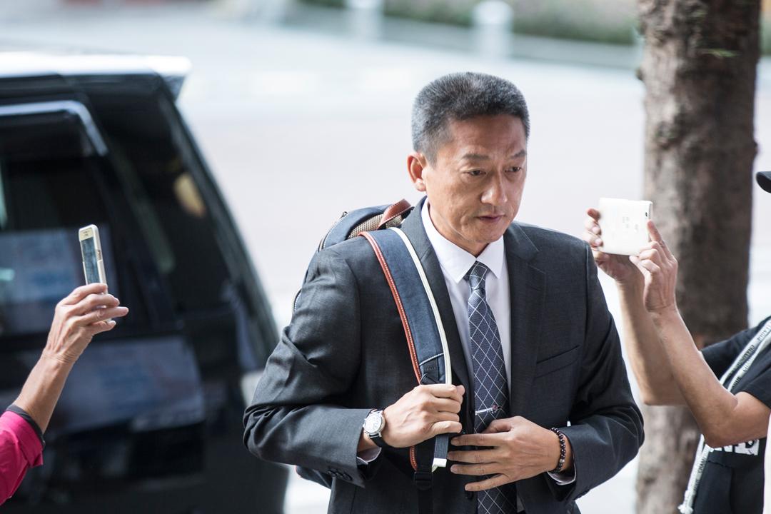 香港退休警司朱經緯涉嫌於2014年「雨傘運動」期間在旺角以警棍毆打途人,被控襲擊致造成身體傷害罪,案件今天在東區裁判法院開審。圖為朱經緯今早抵達法院應訴。 攝:端傳媒