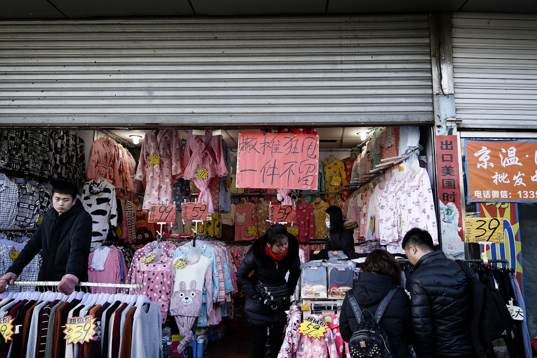 浙江村一間服裝店正割價傾銷。