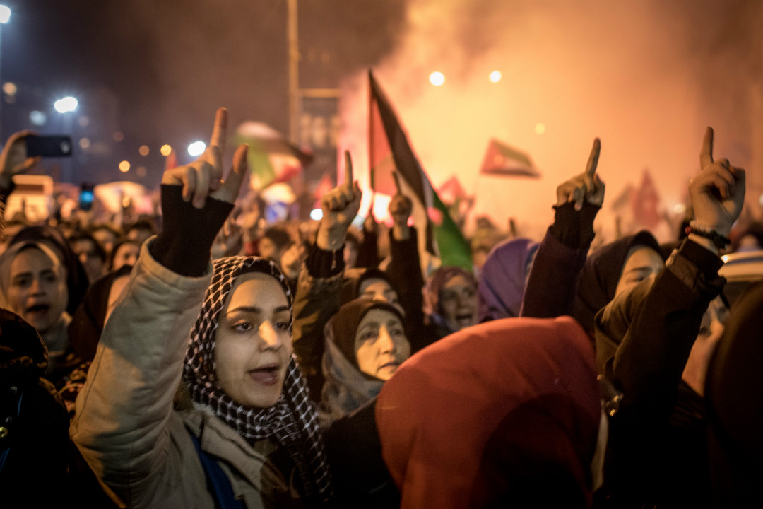 2017年12月6日,土耳其伊斯坦堡,民眾在美國使館前抗議特朗普承認耶路撒冷為以色列首都。 攝:Chris McGrath/Getty Images