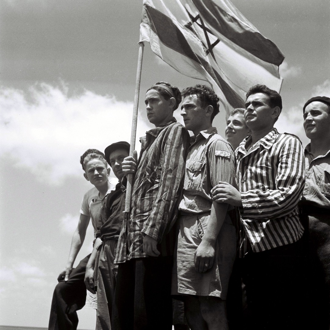 1917年的「貝爾福宣言」對於散落在世界各地無比渴求擁有自己國家的猶太人來說,是建國史上的重要里程碑,但對於巴勒斯坦阿拉伯人來說卻是一個悲劇的時刻:他們即將被迫離開他們世世代代生活的家園,然而在此之前並沒有人想要徵求他們的意見。圖為1945年,納粹集中營中的猶太人倖存者自豪地站在海法港口。