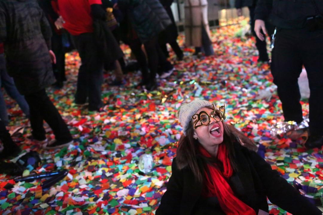 2017年1月1日,美國紐約市時代廣場舉行新年倒數活動,有參加者帶上2017字樣的眼鏡,在踏入2017年後狂歡慶祝。 攝:Yana Paskova/Getty Images