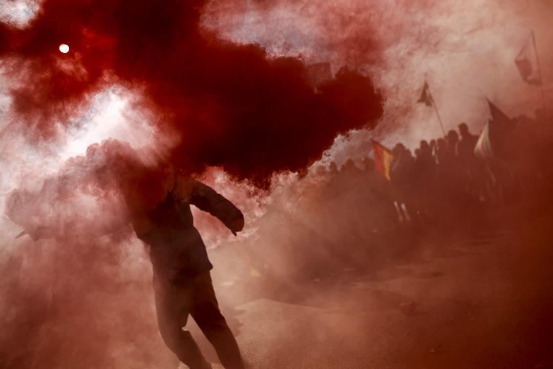 2017年11月29日,西班牙傳統的士司機舉行24小時罷工,抗議當局容許網約車服務,一名示威者在抗議時舉起一枚煙霧彈。