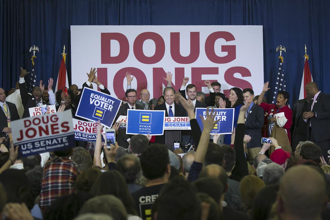 2017年12月12日,美國阿拉巴馬州(Alabama)舉行了參議員補選,民主黨候選人瓊斯(Doug Jones)以微小的優勢,戰勝共和黨候選人穆爾(Roy Moore,摩爾)。