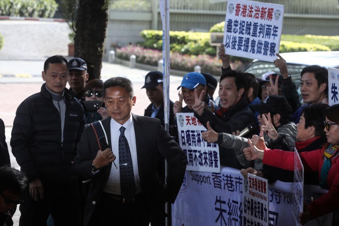 退休警司朱經緯於2014年佔領運動期間,涉嫌以警棍襲擊途人被控一項襲擊致造成身體傷害罪,12月18日在東區裁判法院被裁定罪名成立,押後至12月29日判刑。 攝:端傳媒