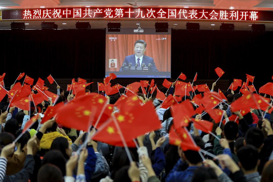 2017年10月18日,學生在安徽省淮北市觀看中國共產黨第十九次全國代表大會(簡稱十九大)在北京開幕的電視直播。