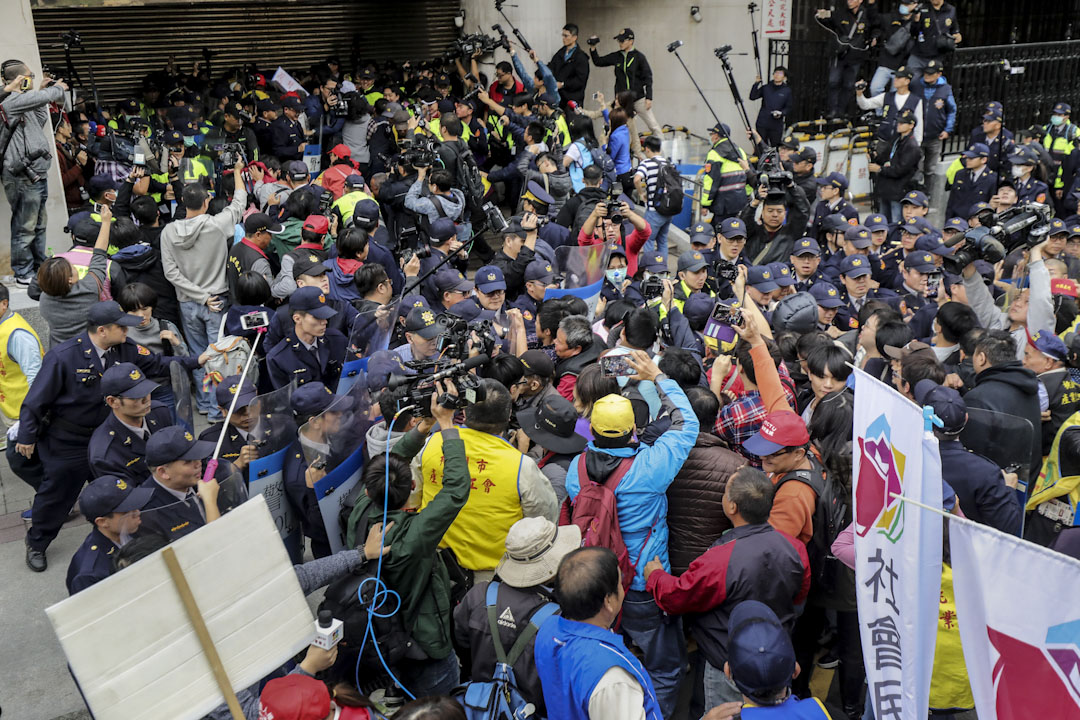 2017年12月4日,台灣立法院通過《勞動基準法》修正案審查,大量勞工群體在外圍抗議。 攝:張國耀/端傳媒