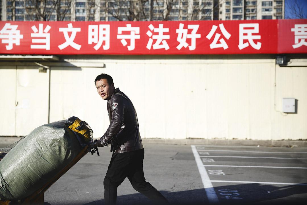 浙江村有不少推著各式各樣貨物的人士在街上行走。