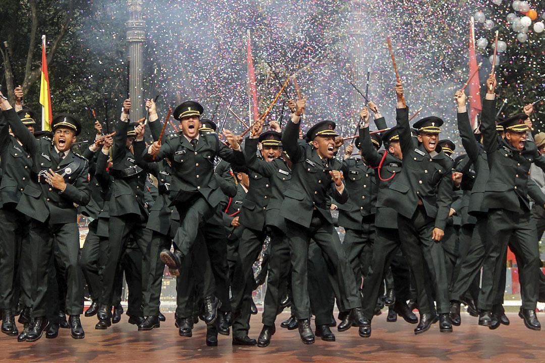 2017年12月9日,印度軍官學員在加耶軍官訓練學院(OTA)畢業典禮上慶祝。