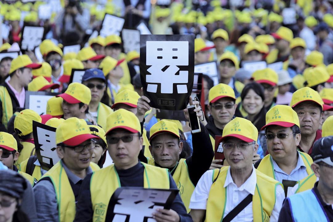 「反勞基法修惡大遊行」,主辦單位估有逾1萬人參加,群眾高舉手中「終止過勞」、「累」標語發出怒吼。