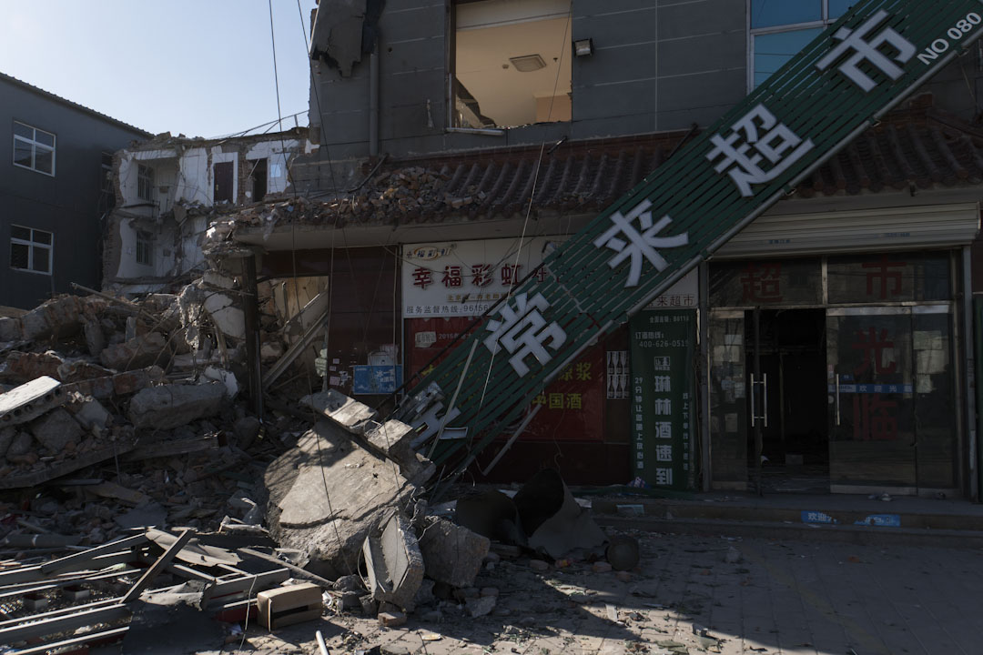 村口的超市正被清拆。