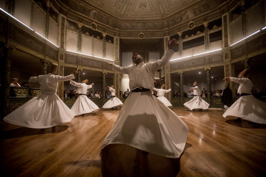2017年12月17日,土耳其城市伊斯坦堡,蘇菲教派苦行僧正進行祈禱儀式,紀念蘇菲教派的始創人魯米 (Mevlana Jalal al-Din al-Rumi) 的死忌。