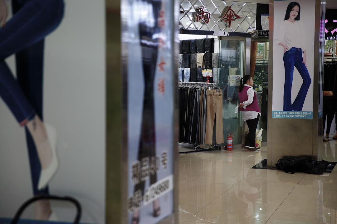 二十年後的浙江村顯然「正規化」了。大型高檔商貿城替代了簡陋的批發市場。