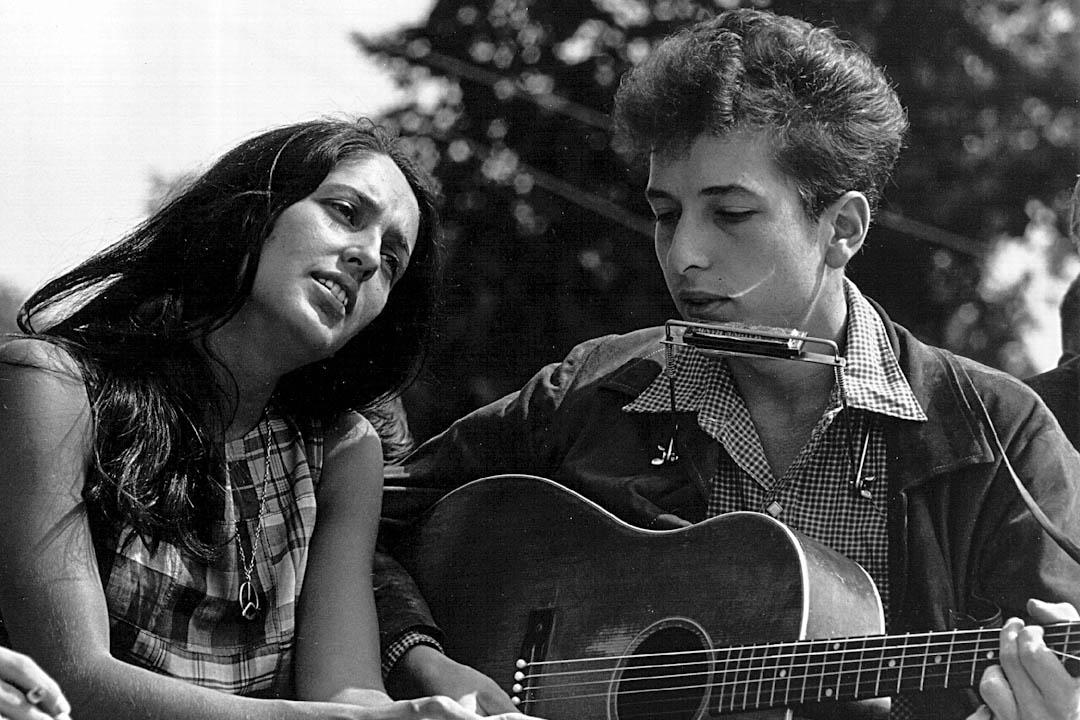 1963年8月28日,民謠歌手 Bob Dylan與Joan Baez在華盛頓舉行的民權集會上表演。