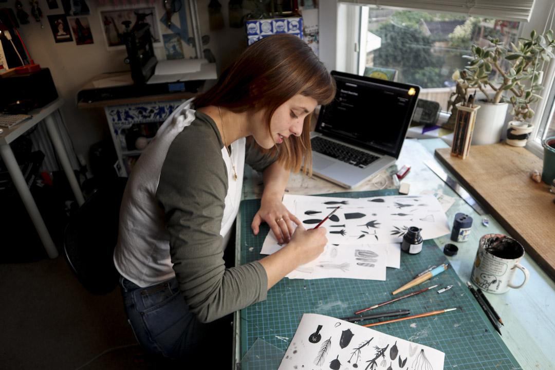 McAusland是一位年青插畫家,平時留在家中工作,外出踏單車居多,沒有太大購買慾,閒時落pub、逛二手市集和到泰晤 士河附近,看人家mudlarking是主要娛樂。