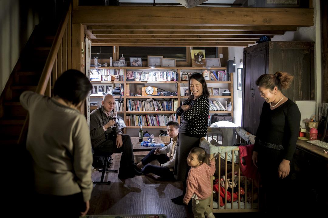 2017年12月,北京胡同的家裏,周景泰和妻女、好友老伍等在聚會聊天,景泰和家人在北京生活12年了。 攝:陳焯煇/端傳媒