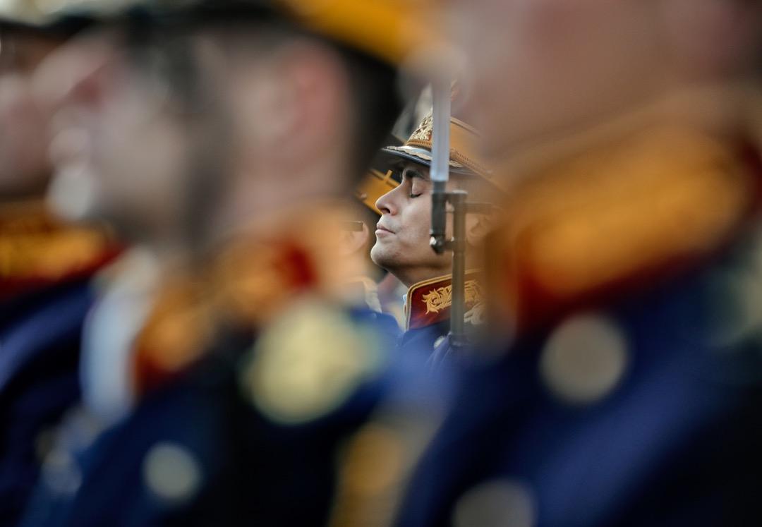 2017年12月21日,羅馬尼亞首都布加勒斯特,一名儀仗隊士兵閉上了眼睛,參與一個為1989年起義的遇難者的追悼儀式。