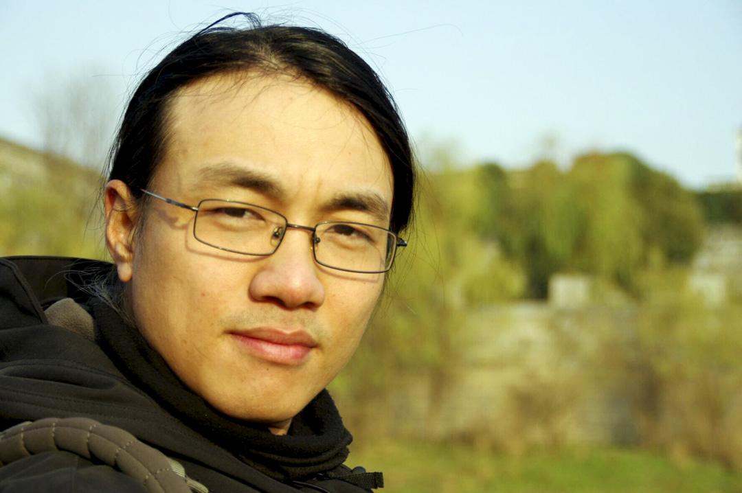 32歲的甄江華,已經為坐牢做了很久準備。幾年來,他穿衣服只穿黑色,保持極端簡單的生活,簽了若干份空白的律師委託書交給朋友。他的個人谷歌賬號設置了兩天不登錄就清空信息,電腦、手機數據嚴格定時清空。