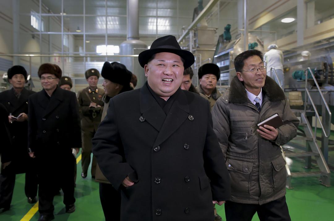 圖為朝鮮官方中央通訊社(KCNA)於2017年12月6日發布的一張圖片,朝鮮領導人金正恩視察新建的工廠。 攝:STR/AFP/Getty Images