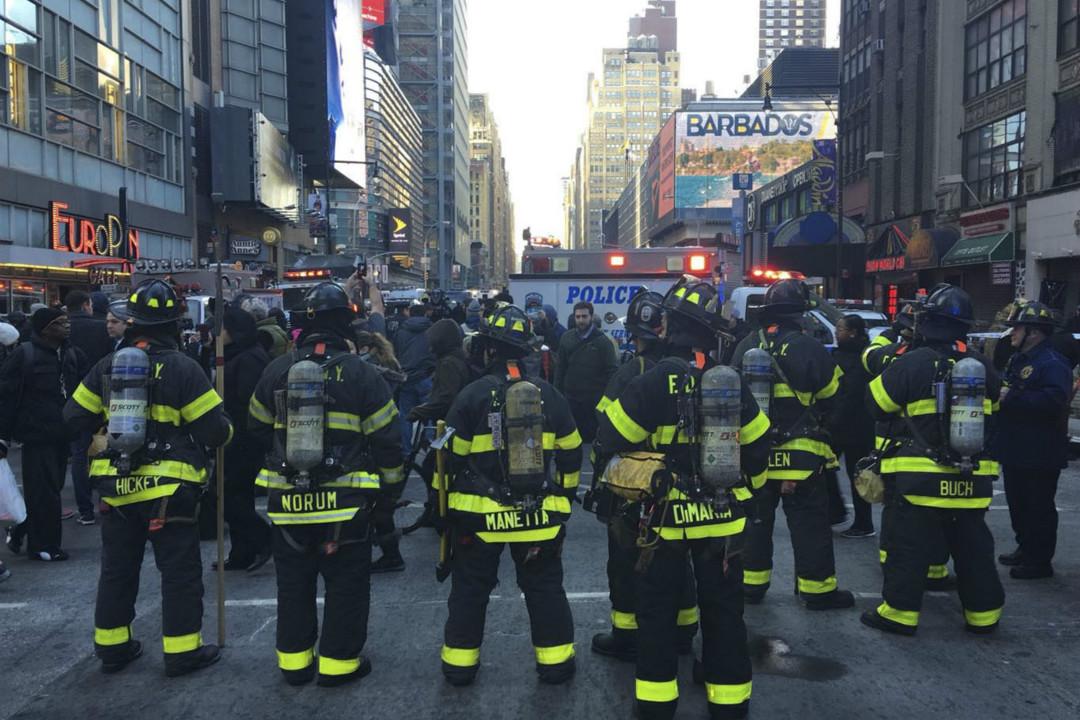 2017年12月11日,美國紐約曼哈頓港務局巴士總站發生爆炸恐襲案,消防人員現場待命。 攝:Ertugrul Cingil/Getty Images