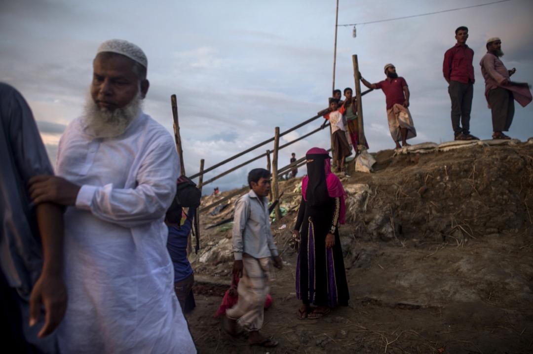 2017年10月2日,一名戴著上頭巾的羅興亞難民站在孟加拉納夫河畔。信奉伊斯蘭教的羅興亞族人長居於主要信奉佛教的緬甸若開邦,為緬甸境內的小數民族。因在宗教、種族等層面受緬甸當局、佛教僧侶所壓迫,今年年中大規模逃難到鄰國孟加拉。