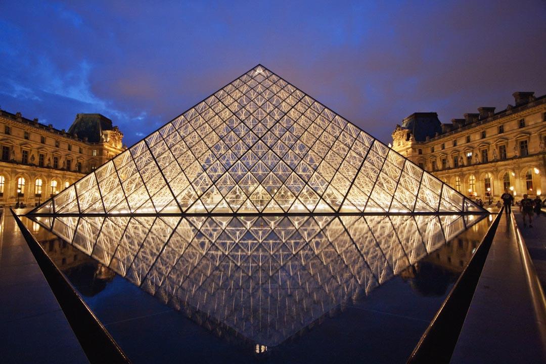 貝聿銘1989年在巴黎完成的羅浮宮擴建工程,作品選擇了與殖民歷史隱約有矛盾對話的金字塔造型做為宣示,是貝聿銘的生涯重要代表作。