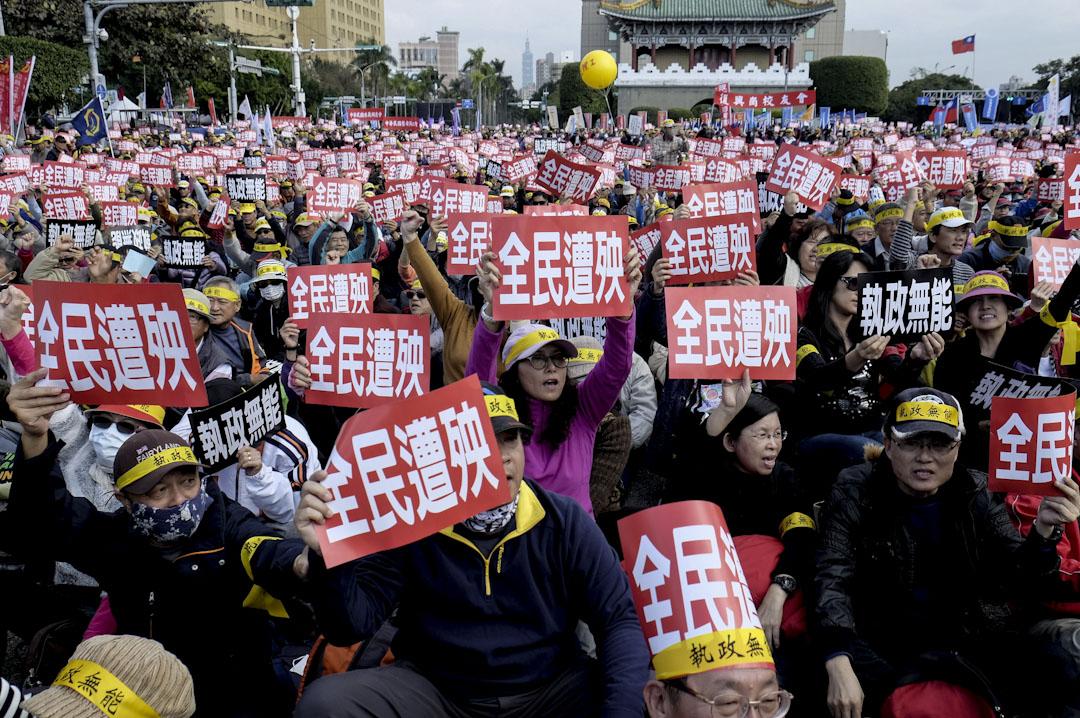 2017年1月22日,在台北總統府前舉行反年金改革請願,示威者展示「全民遭殃」的標語。超過一萬多名退休教師,警察,公務員和軍人參加。 攝:Sam Yeh/AFP/Getty Images