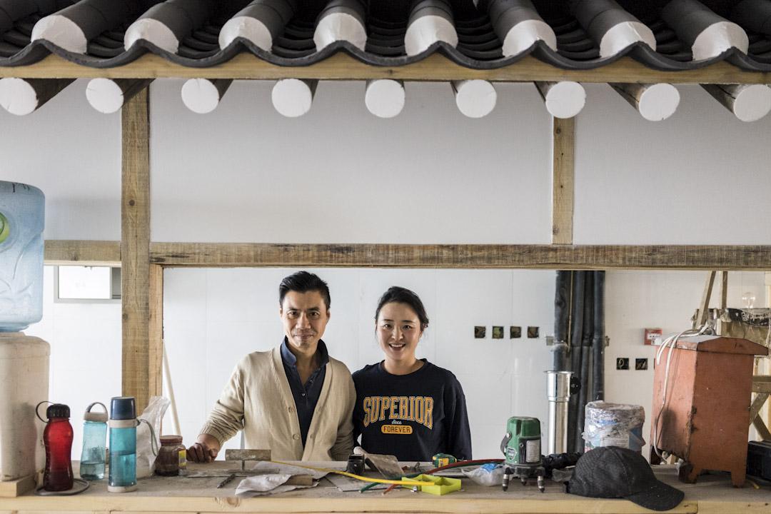 2017年11月,景泰和妻子在一個二樓店鋪裏忙裝修。