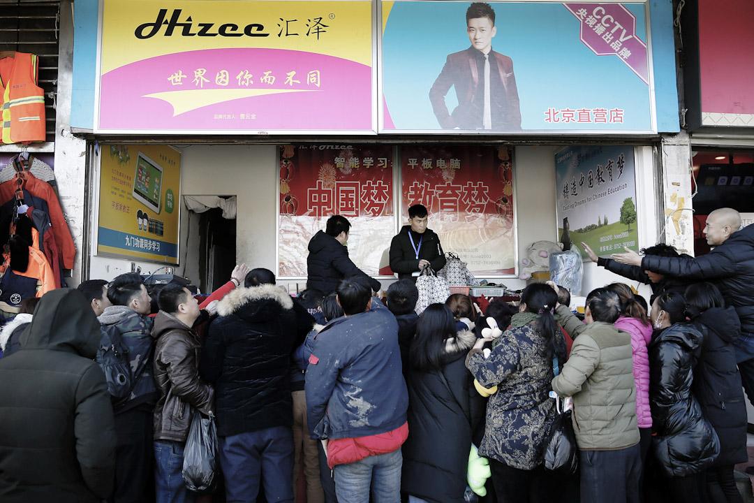 黨支部成為現在浙江村裏號召力最強的組織,黨員身份為「光環」,即由正式權力授予的、高度可見的榮譽。 攝:尹夕遠/端傳媒