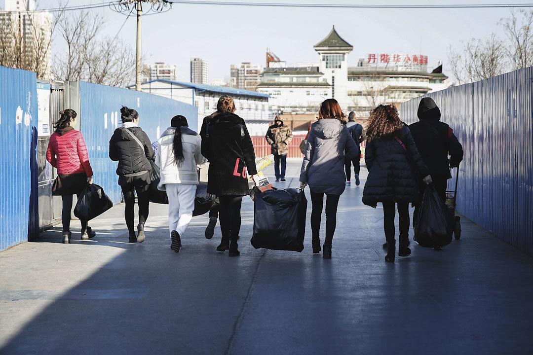 浙江村是由來自浙江溫州地區的服裝加工、經營戶於1980年代中期形成的聚居區,人口規模曾達近十萬。