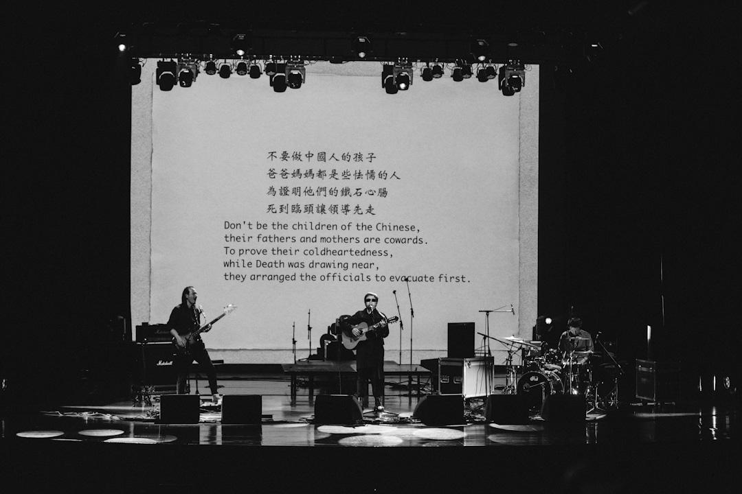 十年間,我唱《中國孩子》,唱遍了中國版圖內所有的省、自治區、直轄市,各種各樣的音樂現場,包括港澳台,年復一年,那些悲劇漸行漸遠,那些孩子們的墓碑卻如影隨形。 攝:林振東/端傳媒