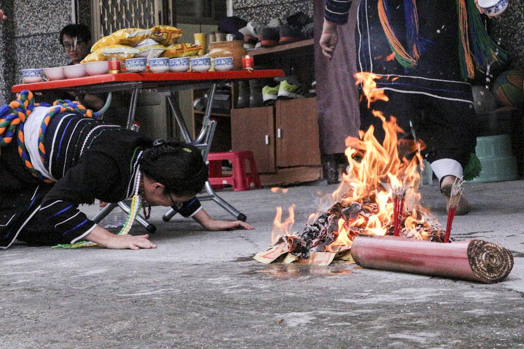 巴奈·母路在祭拜火神。