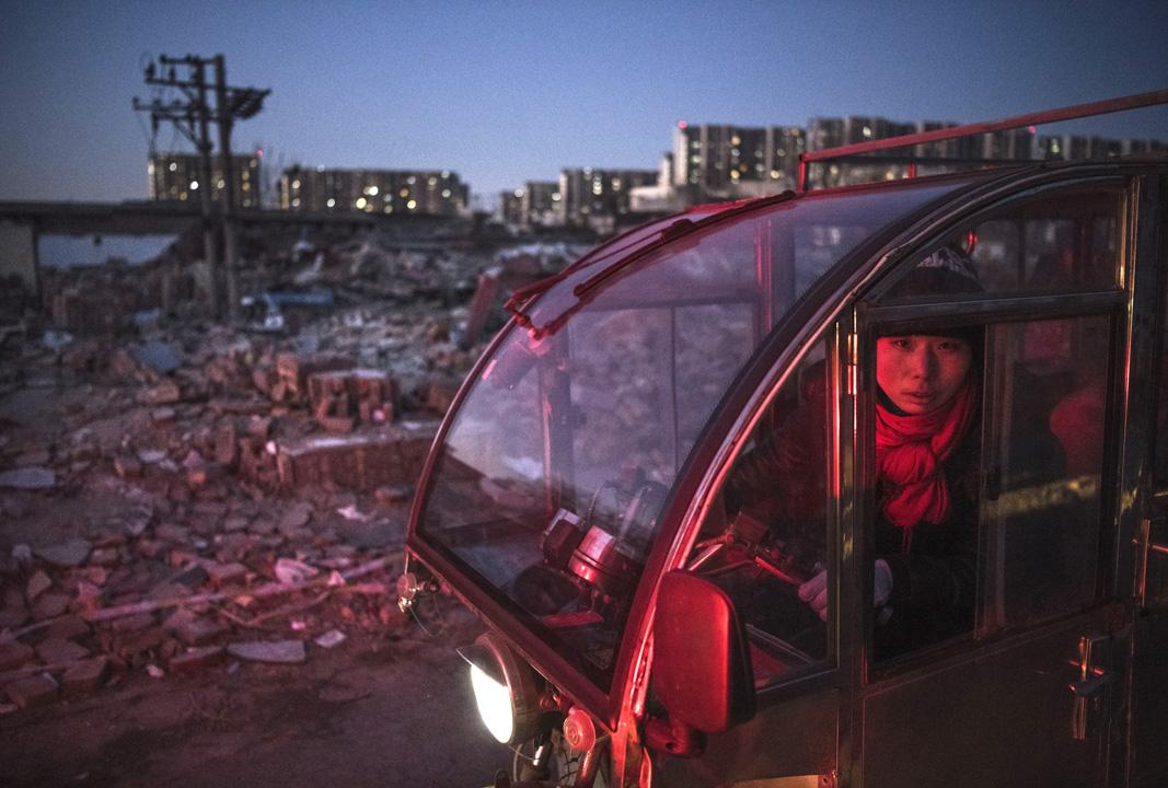 在這個寒冬被清除出北京的「低端人口」,沒有得到任何安置和補償。他們和全中國數以億記的流動人口一樣,一次又一次拋棄。直到今天,他們始終未能享受到自由遷徙這一基本人權。 攝:Kevin Frayer/Getty Images
