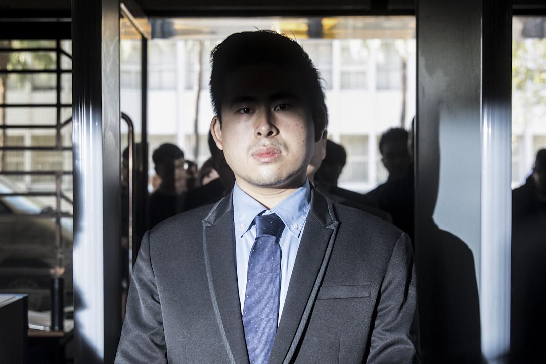 2017年12月19日,台灣新黨發言人王炳忠,因被指涉違反台灣《國安法》被調查局人員及警方到其寓所內搜查並將其帶走協助調查。王炳忠於12月22日召開記者會抨擊檢調違法搜索。 攝:張國耀/端傳媒
