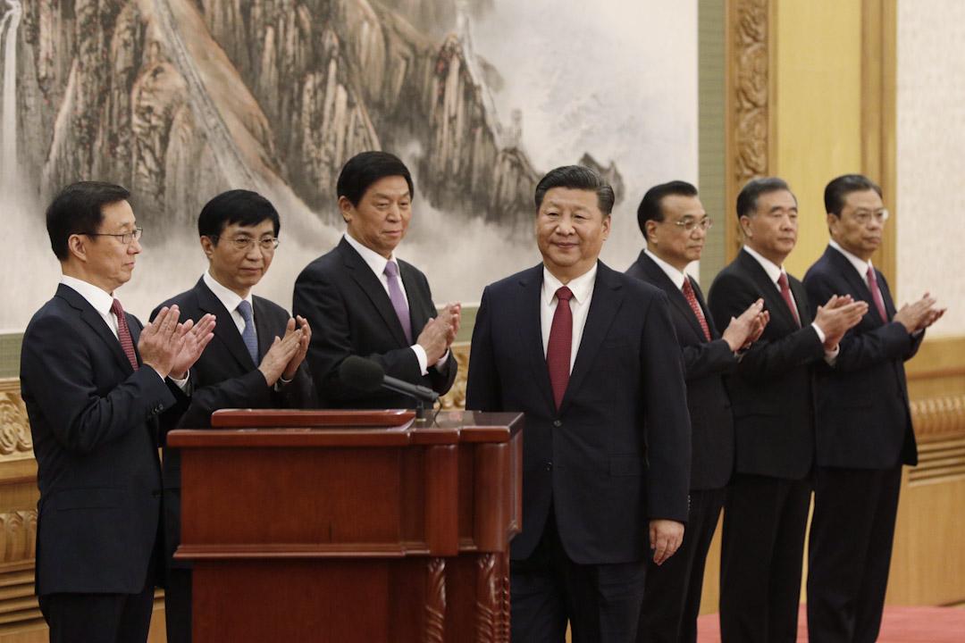 中共十九屆一中全會選出新一屆政治局常委及委員。連任中共總書記及中央軍委主席的習近平,率領其餘6名常委於人民大會堂會見中外傳媒。