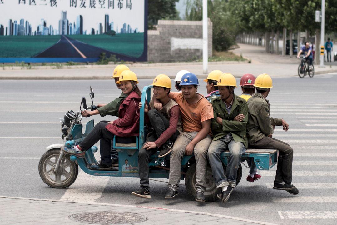 多年來隔離城鄉的政策令城市愈富,富餘的勞動力人口毫無意外地流向大城市。以北京為例,常住人口從1949年的420萬翻至2015年的2171萬,不斷打破城市規劃的天花板。