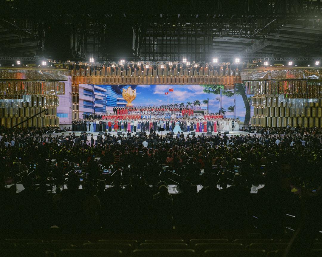 2017年6月,香港回歸廿周年文藝晚會,習近平應邀上台,與表演嘉賓一同高唱《歌唱祖國》。