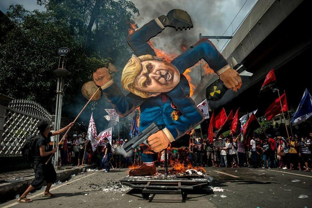 2017年11月13日,菲律賓首都馬尼拉,數千名示威者到街頭抗議特朗普到訪菲律賓,有示威者焚燒一個貼有美國總統特朗普肖像的納粹標誌。