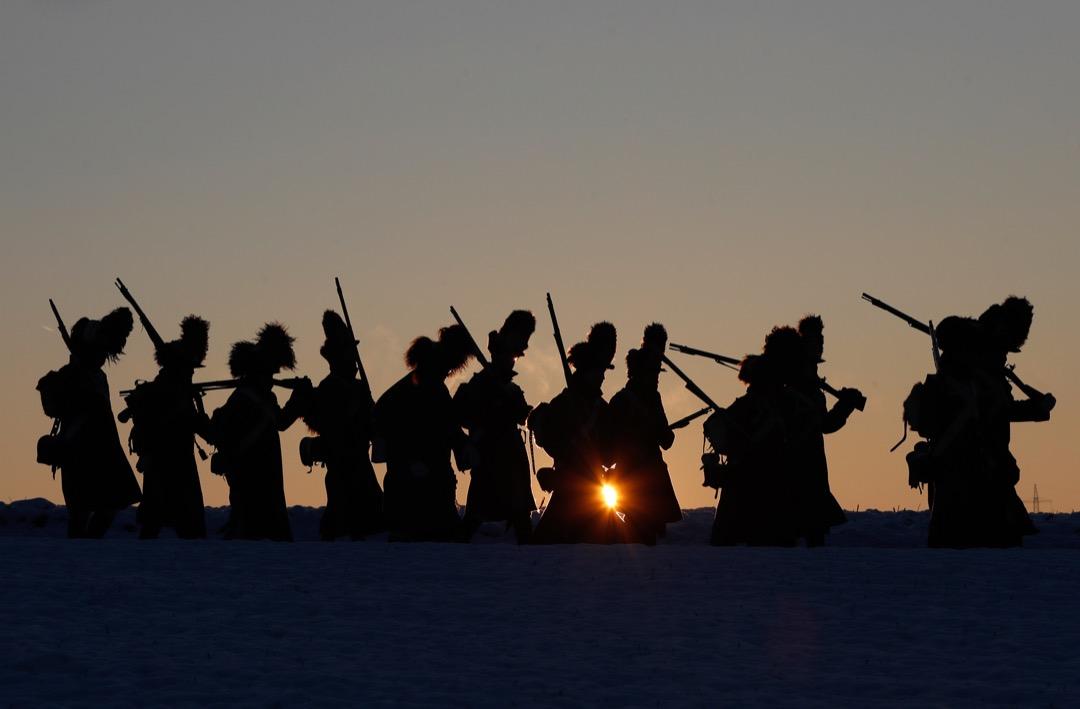 2017年12月1日,捷克,穿上軍團服裝的歷史重演者正在布爾諾附近斯拉夫科夫(Slavkov u Brna) 的草原上步操,慶祝拿破崙戰爭中的奧斯特里茲戰役212週年。