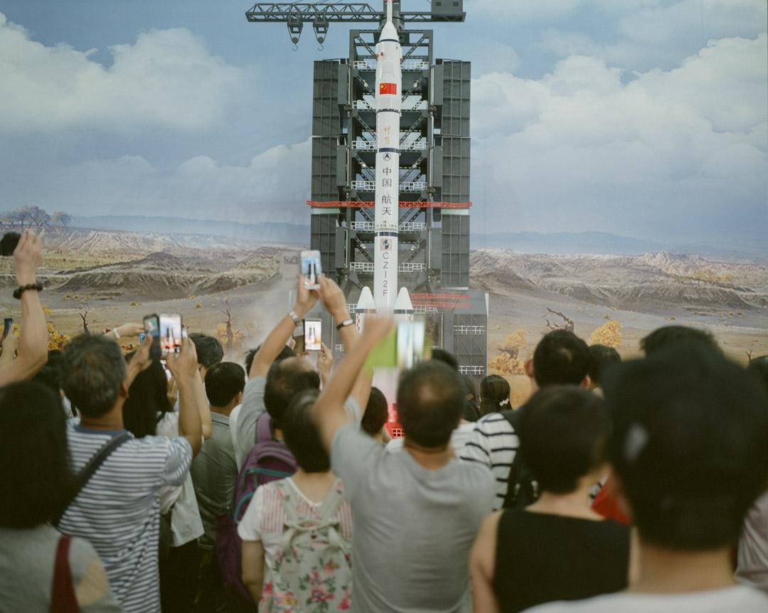 2017年6月,維園舉行以內地航空科技為主題的展覽,市民拍攝升空中的火箭。