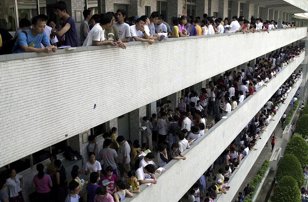 台灣的教育現場,充滿高庶務勞動、高師生比、低薪資報酬的普遍狀況。圖為台北一所中學,高考學生準備考試情況。