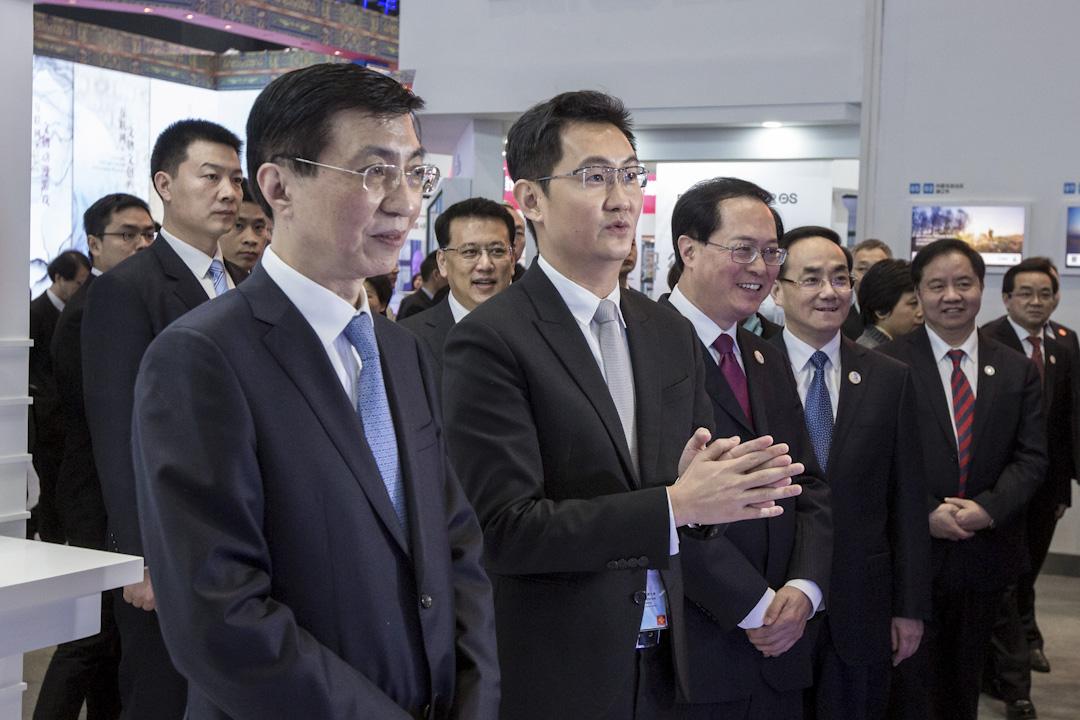 2017年12月3日,浙江烏鎮,第四屆「世界互聯網大會·烏鎮峰會」開幕。開幕式結束後,各位BAT大佬現身互聯網之光博覽會,馬化騰現身騰訊展場。