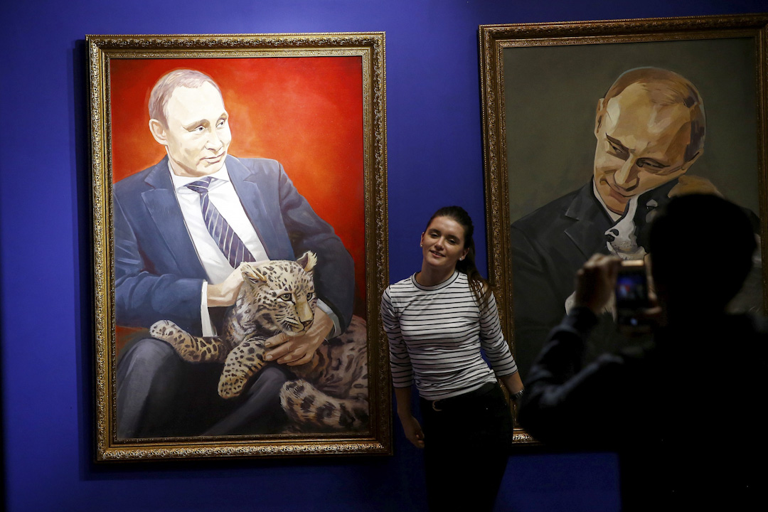 2017年12月7日,莫斯科UMAM博物館舉行「超級普京」(Superpurtin)展覽,展出約30件由俄國藝術家,創作關於普京的作品,其中一名女觀眾在兩幅普京的畫像中間拍照。