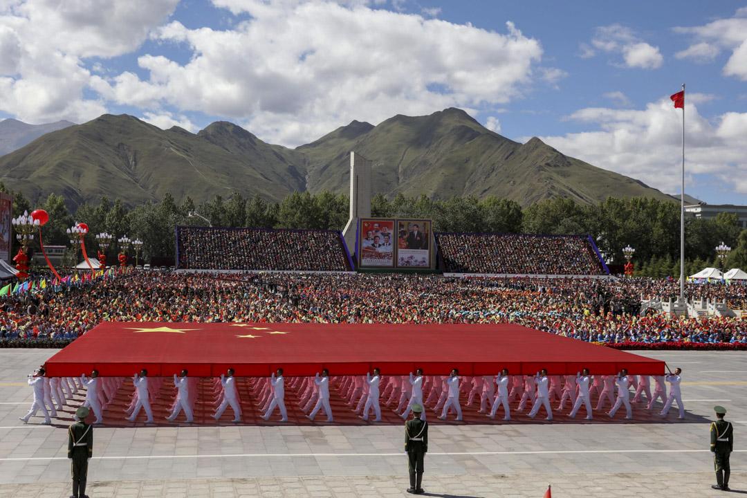 1949年以後,中華人民共和國選擇了革命國家的道路,這一社會主義國際體系,與民族國家體系的平等原則和利益觀念背道而馳。圖為2015年,西藏布達拉宮舉行儀式,紀念西藏自治區成立50週年。 攝:Sheng Jiapeng/CNSPHOTO/VCG via Getty Images