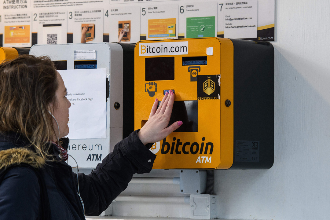 2017年12月18日在香港,一名女性使用比特幣自動櫃員機(Bitcoins ATM)。