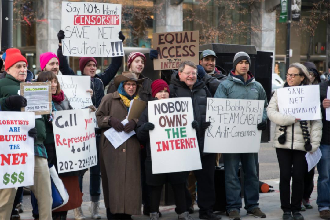 2017年12月14日,美國聯邦通信委員會(FCC)投票廢除「網絡中立」規則(net neutrality rules)。圖為芝加哥民眾於12月7日在支持廢除的電訊運營商 Verizon 商店外抗議。 攝:Patrick Gorski/Getty Images