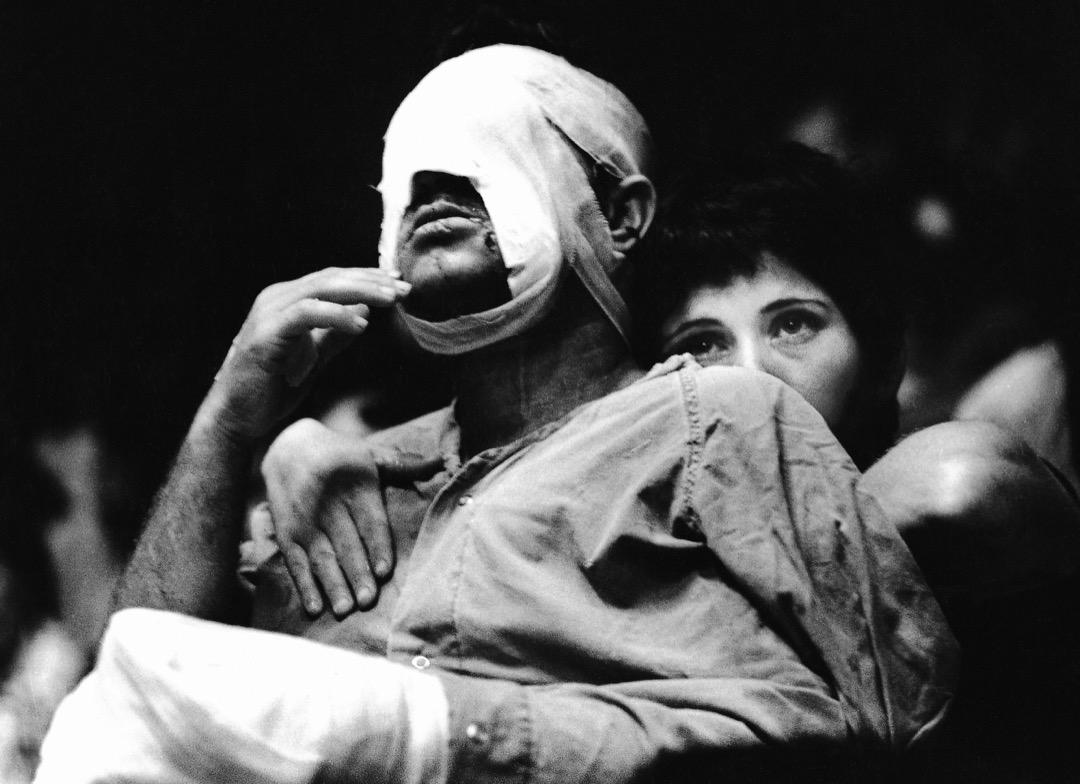 1973年,贖罪日戰爭之後,一名女子在以色列擁抱一名手臂和頭部綁有繃帶的男子。
