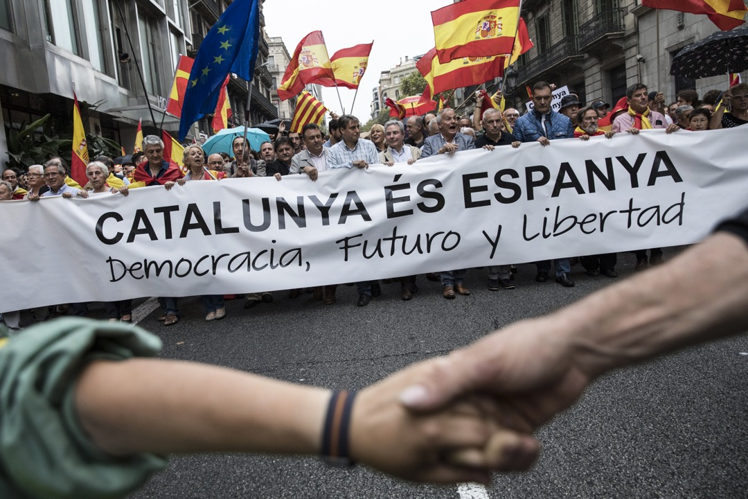 2017年9月30日,加泰隆尼亞獨立公投前夕,反獨立的民眾到巴塞隆那街頭示威,揮動西班牙及歐盟旗幟。