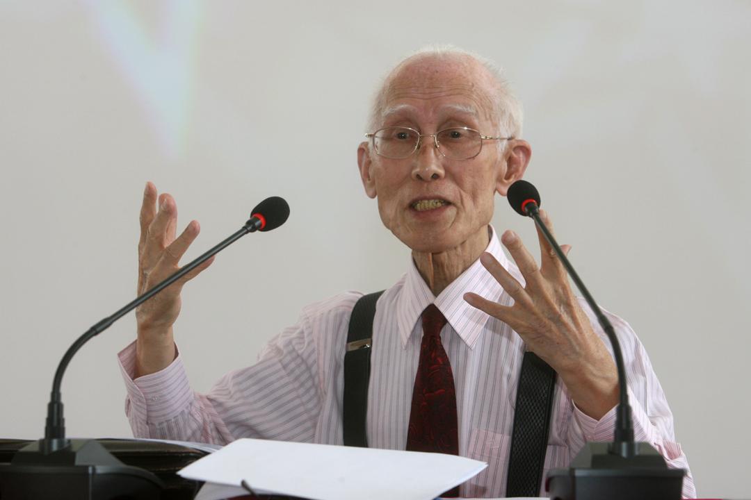 台灣著名詩人余光中於12月14日因病逝世,終年89歲。圖為2012年,余光中在西安對大學生發表講話。 圖片來源:東方IC